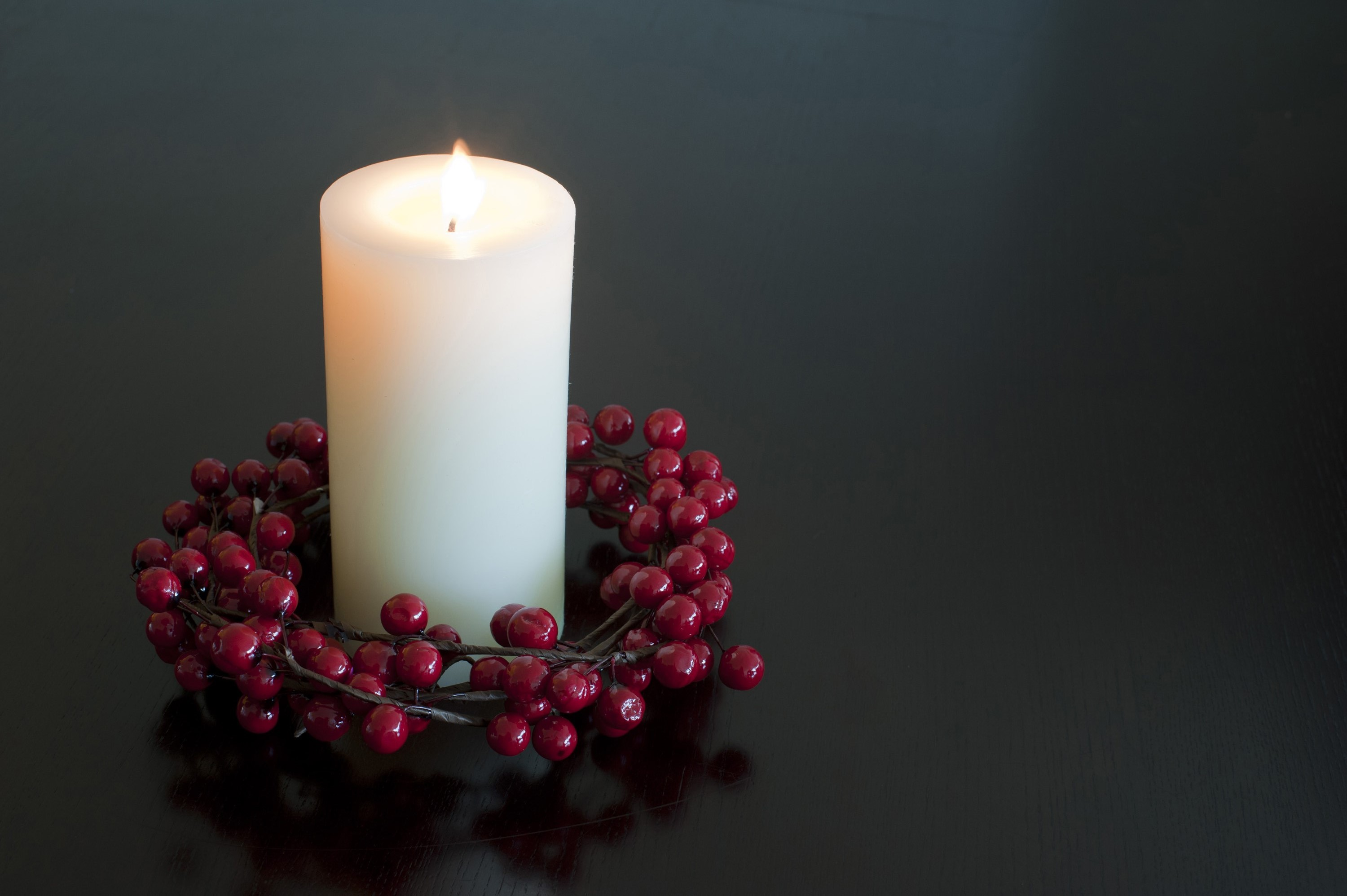 Download Original image of Christmas candle with a berry wreath [474kB ...
